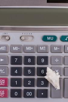 Calculadora de close-up e uma pequena concha. calculadora com botões grandes.