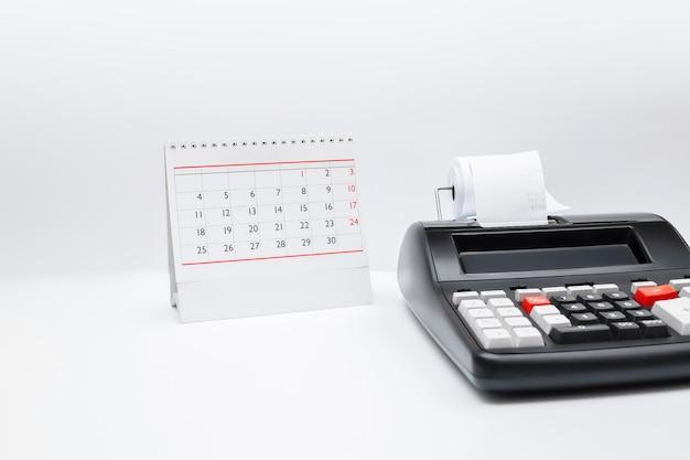 Calculadora de contabilidade com botão de imposto e tabela calendário conceito de negócio prazo prazo pagamento. copie o espaço.