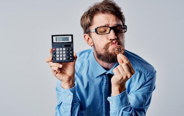 Calculadora de financista de homem de negócios barbudo moeda finanças tecnologia de mercado foto de alta qualidade
