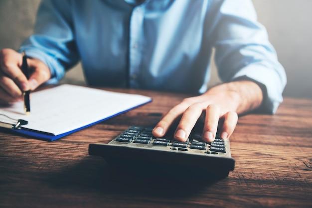 Calculadora de mão de empresário e documento