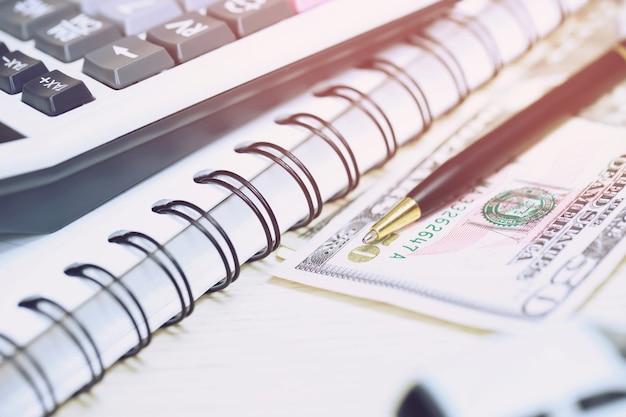 Calculadora de mesa de escritório com bloco de notas, conta bancária e caneta preta. vista superior com espaço de cópia. cálculo de investimento contabilidade, conceito financeiro