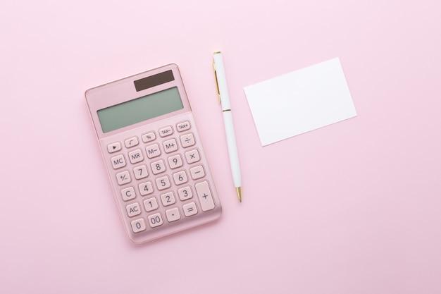 Calculadora de ouro rosa com caneta e cartão de visita
