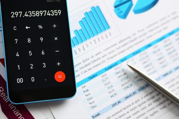 Calculadora de smartphone e estatísticas financeiras sobre infográficos
