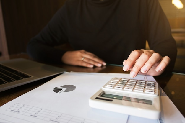 Calculadora de trabalho do auditor financeiro que analisa documentos de dados