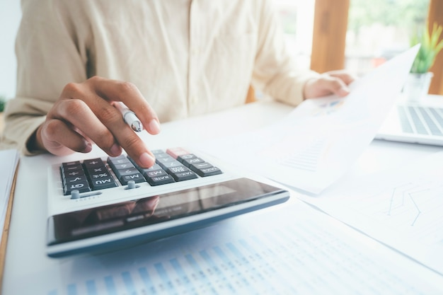 Calculadora de uso de contador ou banqueiro masculino.