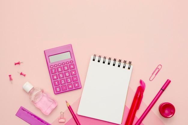 Calculadora de vista superior em fundo rosa