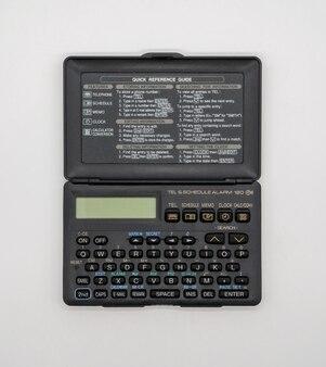 Calculadora dobrável de bolso vintage isolada no branco