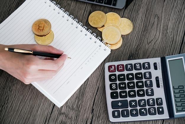 Calculadora e bitcoin dourado. conceito de investidores de criptomoeda.