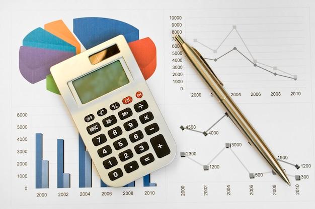 Calculadora e caneta em um plano de negócios