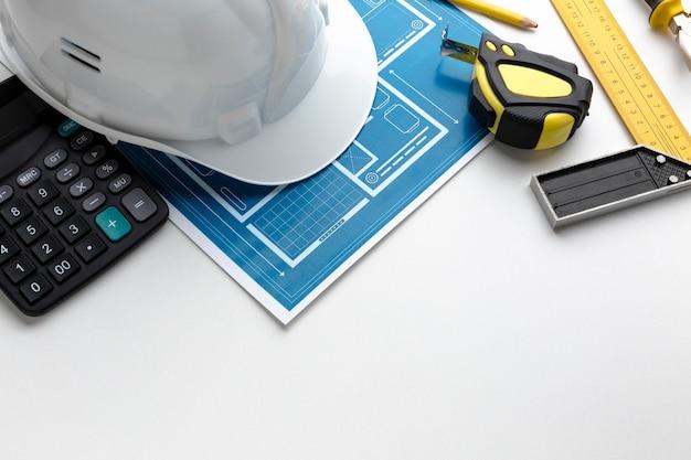 Calculadora e chapéu de construtor de alta vista