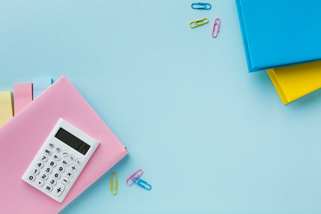 Calculadora e clipes de papel coloridos