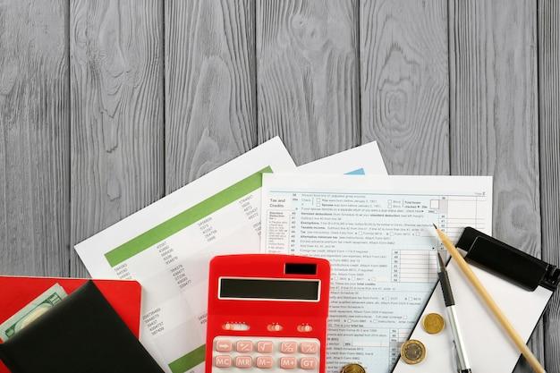 Calculadora e dinheiro em formulários de declaração de imposto de renda de pessoa física