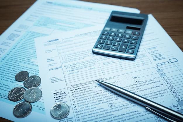 Calculadora e documentos, dinheiro e caneta