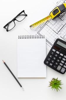 Calculadora e impressão azul com o bloco de notas vazio