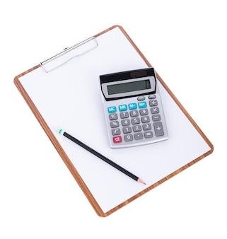 Calculadora e lápis em papel em branco na prancheta de madeira na superfície branca