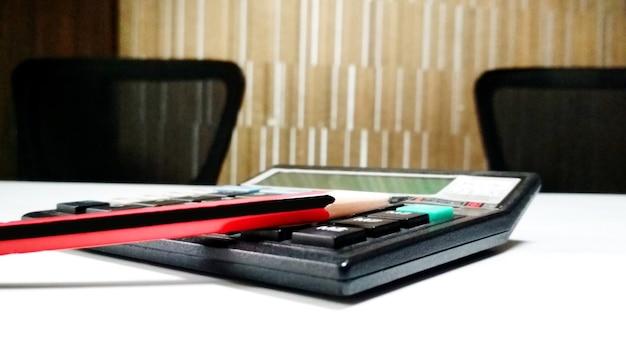 Calculadora e lápis na sala de aula