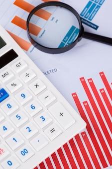 Calculadora e lupa na mesa