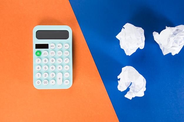 Calculadora e maços de papéis. conceito de contagem
