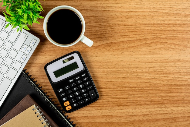 Calculadora e material de escritório na mesa de madeira
