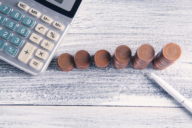 Calculadora e moedas na mesa