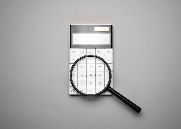 Calculadora eletrônica com lupa. acessórios de negócios. economia empresarial, calculadora, área de trabalho.
