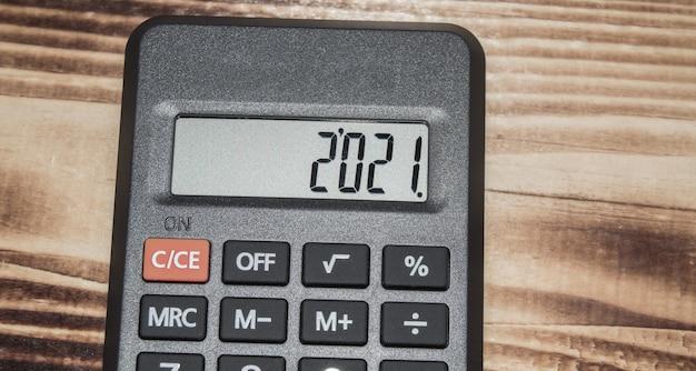 Calculadora eletrônica preta em fundo escuro de madeira