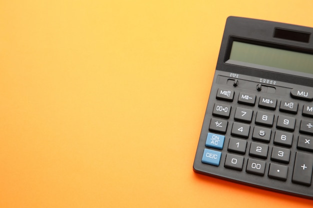Calculadora em fundo laranja com espaço de cópia