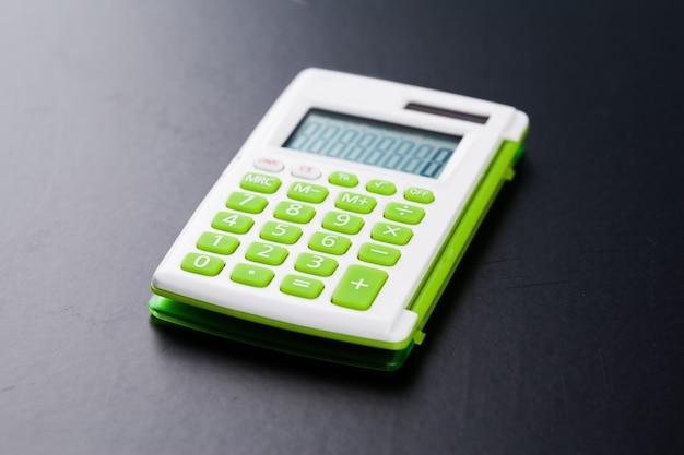 Calculadora em fundo preto