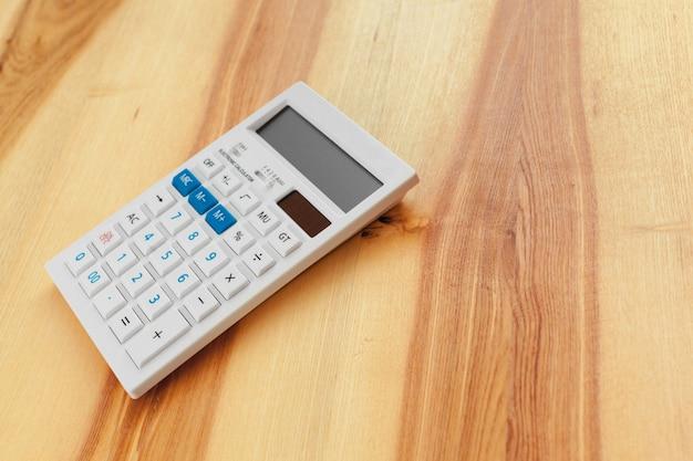 Calculadora em um fundo de madeira