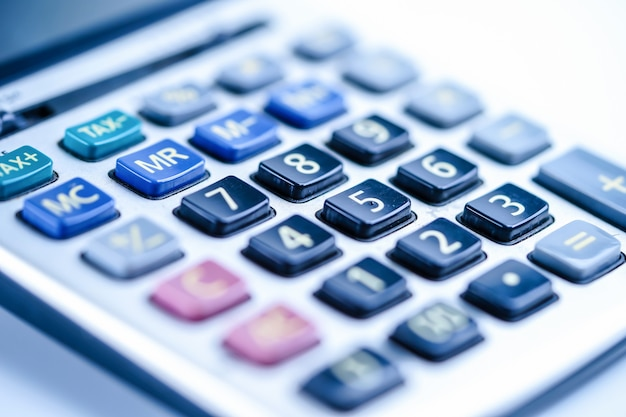 Calculadora, gráficos e gráficos em papel de planilha. finanças, conta, estatísticas e negócios