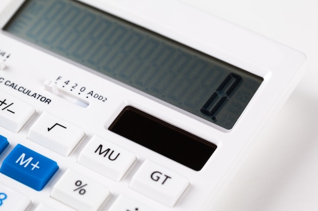 Calculadora isolada no fundo branco