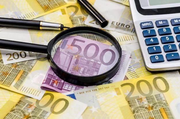 Calculadora, lupa 200 e 500 euros