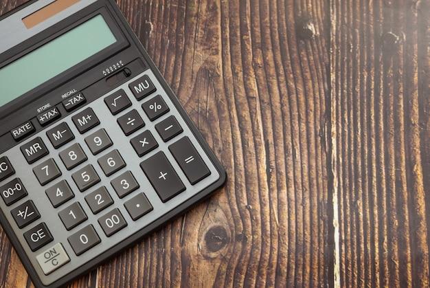 Calculadora moderna em uma mesa de madeira