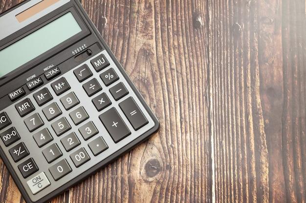 Calculadora moderna na mesa de madeira