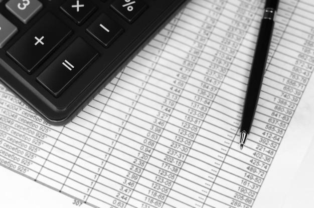Calculadora, moeda, contas e caneta. negócios, finanças conceituais. vista do topo