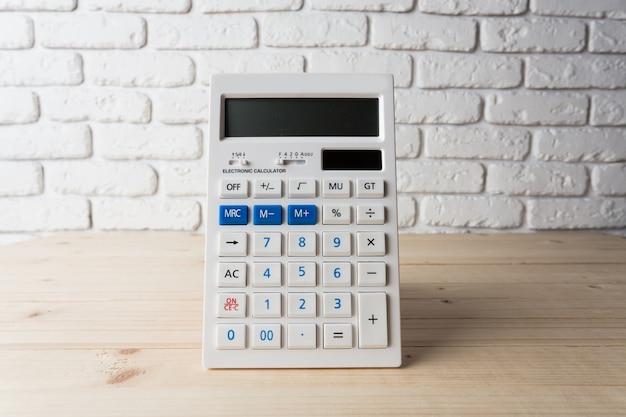 Calculadora na mesa de madeira