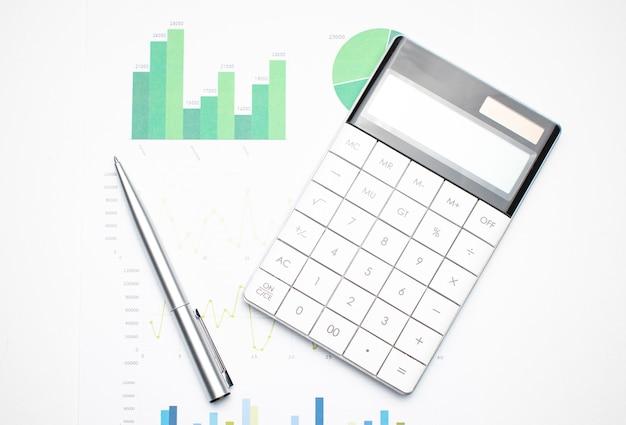 Calculadora nas demonstrações financeiras e folha de balanço na mesa do auditor. conceito de contabilidade e auditoria empresarial.