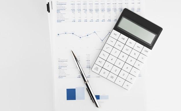 Calculadora no demonstrativo financeiro e balanço patrimonial na mesa do auditor