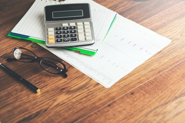 Calculadora no notebook em cima da mesa
