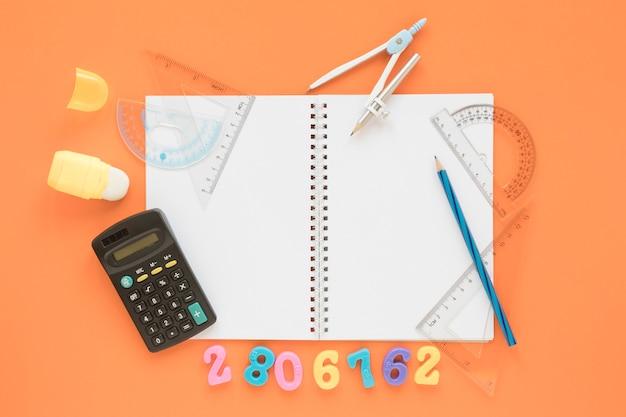 Calculadora plana de matemática e ciências com notebook