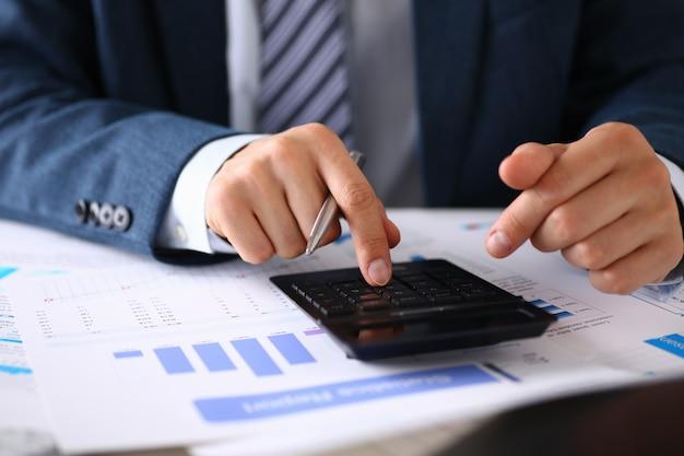 Calculadora preta e estatísticas financeiras em infográficos