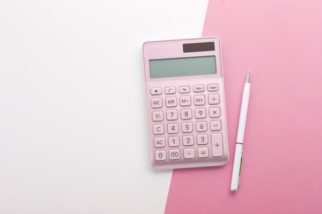 Calculadora rosa com fundo de caneta