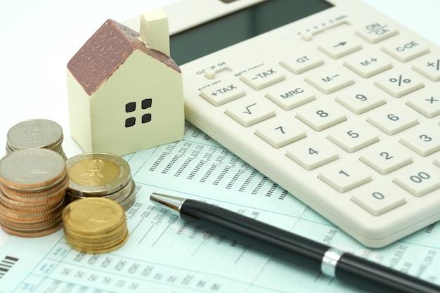 Calculadoras domésticas, calculadoras e canetas colocadas em notas bancárias. investindo