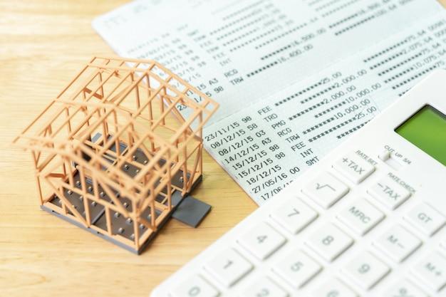 Calculadoras e calculadoras domésticas colocadas em notas bancárias. investir em investimento