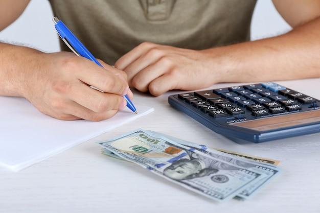 Calculando dinheiro, close up