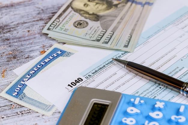 Calculando números para a declaração de imposto de renda com calculadora