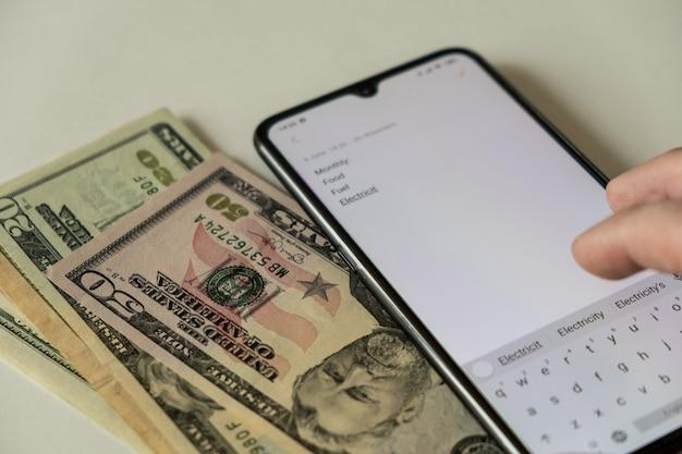 Calcule as contas no escritório em casa. verificar as contas. contando dinheiro para aluguel mensal, eletricidade, comida, combustível