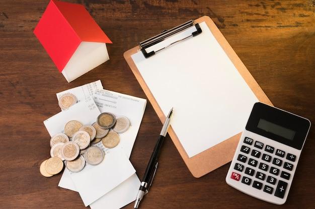 Cálculo da economia durante a crise na mesa
