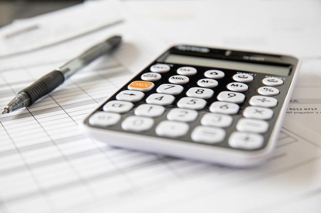 Cálculo de impostos e lucro no escritório. conceito de negócio