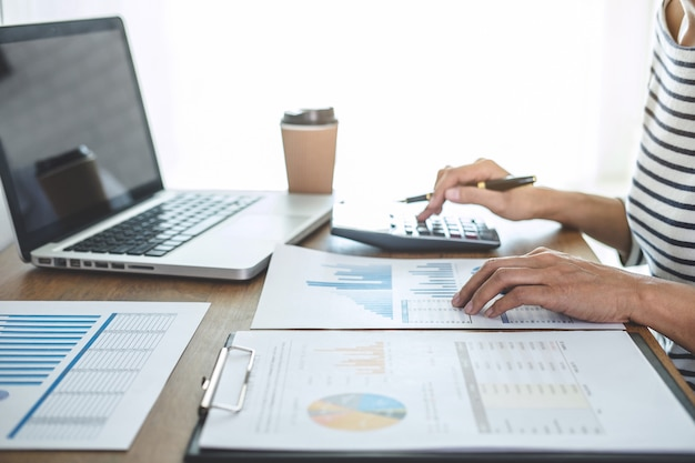 Cálculos de contabilista feminina, auditoria e análise de dados gráficos financeiros com calculadora